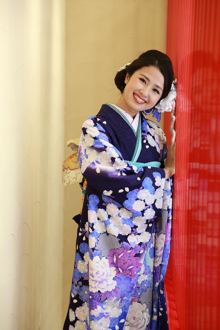 沼津で成人式の準備 笑顔で撮影