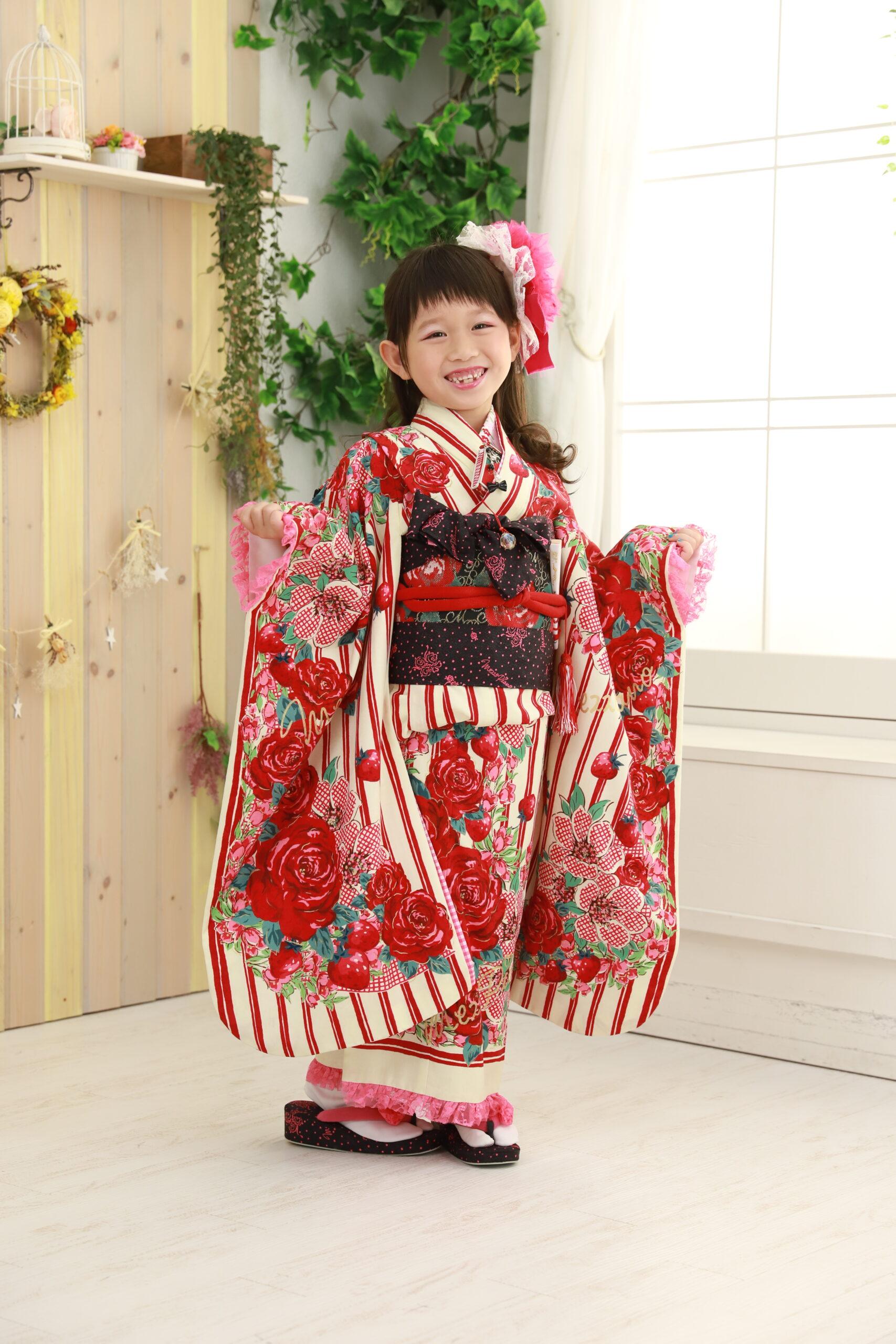 7歳の七五三 赤色のストライプ着物 バラ柄